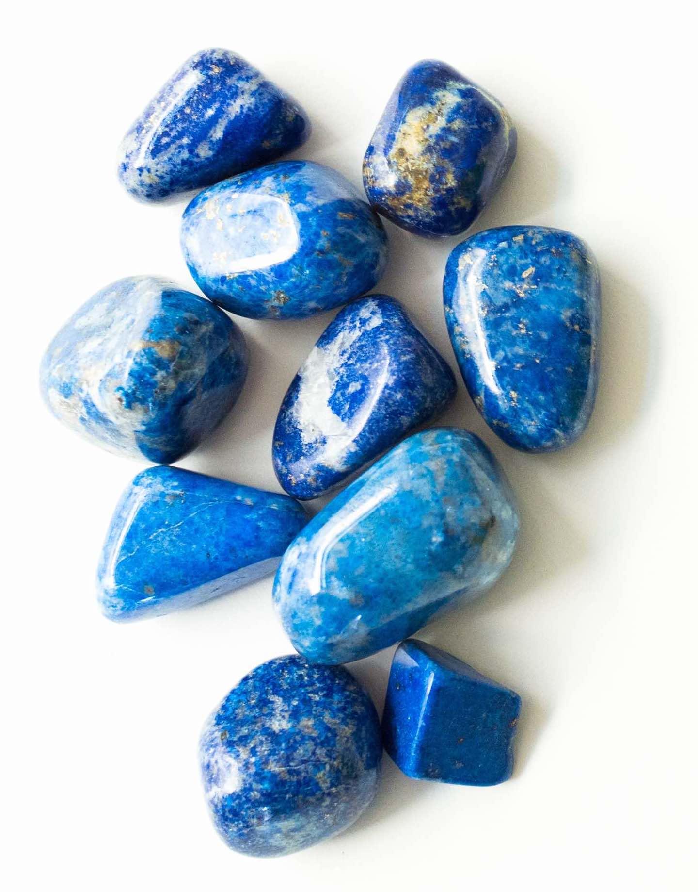 Thérapies énergétiques et développement personnel symbolisés par des Lapis Lazuli guérisseurs